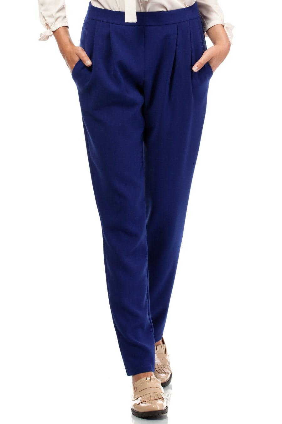 Spodnie damskie to temat, o którym można byłoby napisać encyklopedię mody. Co więcej, obecne trendy skończyły z jednoznaczną klasyfikacją spodni na eleganckie i casualowe. Wiele z nas uwielbia przecież łączyć klasyczne jeansy z tunikami, alladyny ze szpilkami, czy cygaretki ze sneakersami.